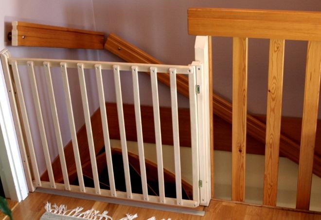 Чем закрыть лестницу от детей своими руками 528