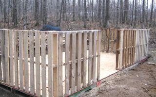 Практичный забор из поддонов