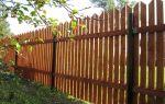 Как сделать деревянный забор на металлических столбах своими руками?