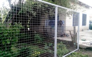 Устанавливаем забор из сварной сетки
