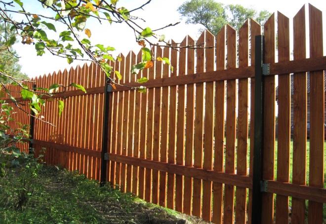 деревянный забор на металлических столбах